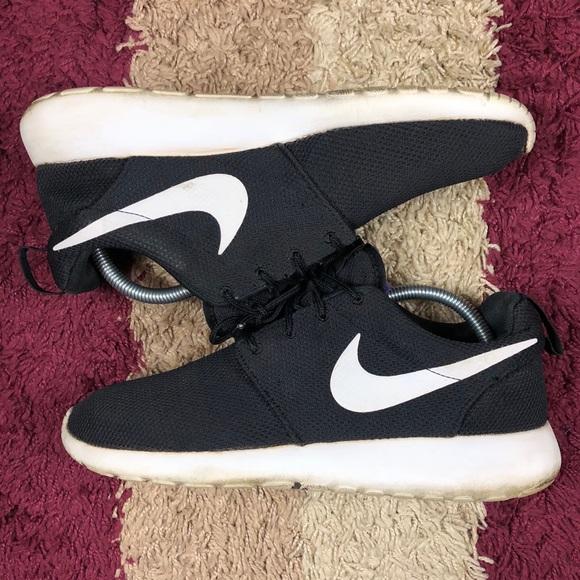 93a44de882f8 Nike Roshe Run Mens Classic Black White Size 10. M 5b7884c8f303691e89712e2b